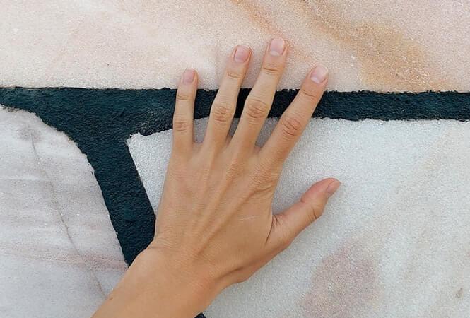 käsi_seinällä